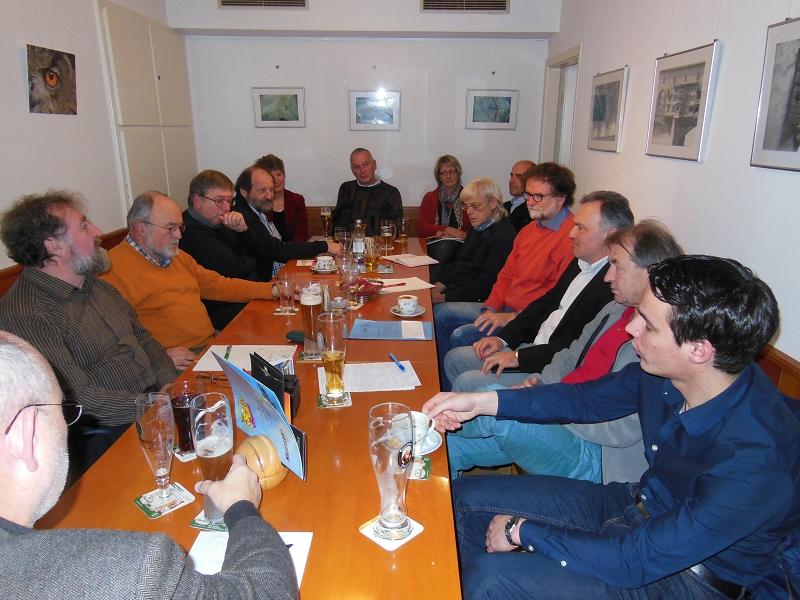 Der Ortsverband Schopfheim von Bündnis 90/Die Grünen mit MdL Josha Frey am Tisch
