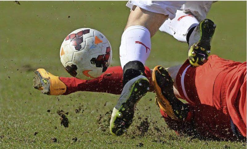 Fussballspielende Männer