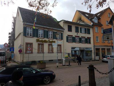 Die Uehlin-Häuser im Februar 2019 aus Sicht der Hauptstraße mit angrenzendem Neubau