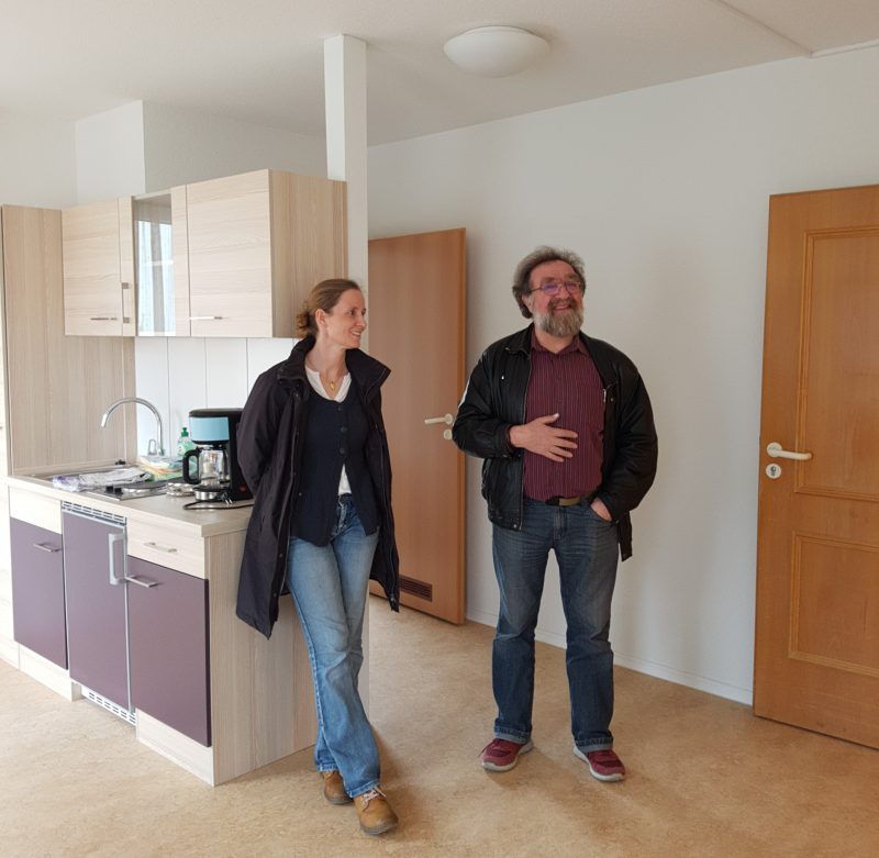 Marianne Merschhemke und Michael Straub bei der besichtigung einer Service Wohnung beim Tag der offenen Tür im Seniorenhaus Schopfheim