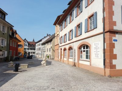 Blick in die Schopfheimer Altstadt. Rechts ist die Johann-Peter-Hebel-Schule